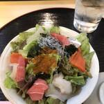 すしざんまい - ざんまいサラダハーフ550円。コスパの良いサラダです。マグロ、カンパチなどのお魚とイクラがたっぷりで、とても美味しくいただきました(╹◡╹)