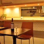 キッチンカフェ ほっぷ - シンプルで落ち着いた印象の店内