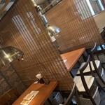 カレーハウスゴッド - 全てのテーブルをすだれで仕切り、お隣との接触を減らせるようにしております。