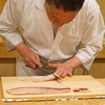 竹屋町 三多 - 明石産の鯛を切っております