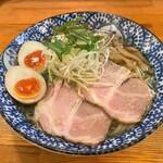 中村商店 - 料理写真:味玉入り 金の塩ラーメン