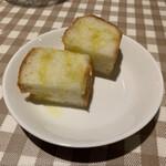 アンティカ トラットリア イナバ - フォカッチャにオリーブオイルが掛けてます。