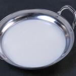 小鍋とかしわ 華まる - 3時間かけて鶏ガラから炊き出す白湯スープ