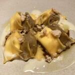 133138602 - ドッピオラビオリ(2種のチーズのラビオリと牛肉の赤ワイン煮込みのラビオリ)ブルーチーズのソース アマレッティを砕いて