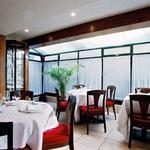 レストラン アラジン - 陽光が差し込む明るいサンルームはランチタイムに特に人気