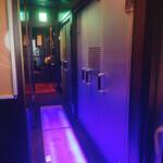 新宿イタリアン カルボナード - 2Fに階段上がるとずらっと並ぶ個室のドア。