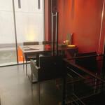 新宿イタリアン カルボナード - 2F窓側は全面ガラス張りで空間の抜け感がステキ