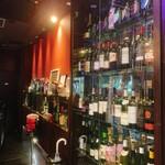 新宿イタリアン カルボナード - エントランスのキャビネットにはお酒がずらっと