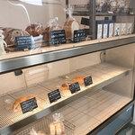 SANA - ショーケースでパンを買う。