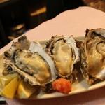 北海道食堂CAPTAIN - 厚岸産直送''生''丸牡蠣   毎日空輸で届きます。保健所の許可ももちろんOK。オーダー入ってから剥くので新鮮そのもの。おススメはレモンを絞って、そのままツルッと♪