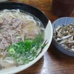 森田食堂 - 肉うどん(550円)と小イワシの煮付け(300円)
