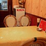 中華屋台 磊 - 家庭的な食堂ってカンジでしょうか。小さなカウンター席とテーブル席があります。