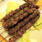 中華屋台 磊 - 羊肉串です。なんと1本80円!いわゆるマトンですが、スパイスがまぶされているせいか特有の臭みを感じません。