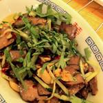 中華屋台 磊 - 柔らかく炊いた豚タンの薄切りをナッツ・唐辛子・山椒・香菜で和えたもの。強烈だけどクセになる味でした。