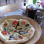 サウンドスウェルカフェ - 料理写真:モッツアレラとバジルのピザ。