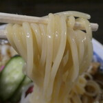 栄屋本店 - 専用のストレート中太麺