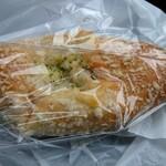 パンセ - 料理写真:バターチキンカレーパン 170円