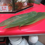 立喰 さくら寿司 - 本物の笹だ