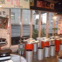 韓国の路地裏をイメージした店内