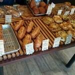 ブーランジェリーラリュ - 料理写真:美味しそうなパンが並ぶ