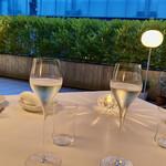 133243856 - テーブルに置かれたシャンパン越しに感じられる開放的な雰囲気は、表参道から隔離された心地よい贅沢な時間。カンパーイ♫