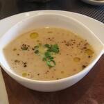 ヴァン・キャトル - スープ ごぼう味で美味しい 底には茶わん蒸し