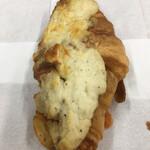 ビーシーベーカリー - 何度食べても美味しいクロワッサン・オ・ジャンポン 360円(税込)