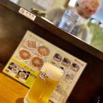 133261379 - 餃子にはビールでしょ。