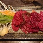 馬ござる - 野菜側から馬の肩ロース、馬のモモ肉、馬のあばら側の肉、馬の胸椎後方の肉各¥190