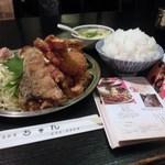 中国料理 ちゅん - おかずを後ろから見たところ、サバの唐揚げが隠れていました