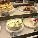オールド・ローズ・ガーデン - 美味しそうなショーケースのケーキ