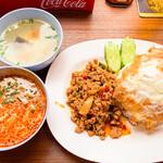 サバイサバイ タイ屋台 - 鶏肉のバジルご飯(辛め・大盛) 690円+トムヤムクン 小 200円 = 890