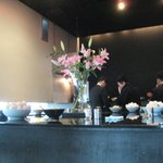 Sobadokorominatoya - カウンターの中央には見事な百合の花