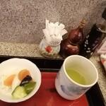 小柳 - 最初に、お茶とお新香がきます