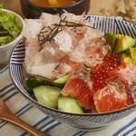 炙りサーモンとイクラのアボカド丼(サラダ・お味噌汁付き)