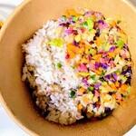FARM TO GO - 雑穀米とダイスカットカラフル野菜のハーフ&ハーフを選びました。雑穀米と野菜の比率は実際は2:1位だと思います。