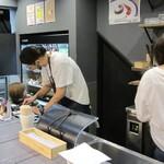 肉×野菜バル WTe - 店長とアシスタントのスタッフ