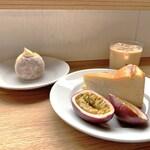 133332075 - ベイクドチーズケーキとカスタードドーナツ、アイスミルクティー