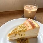 133332263 - ベイクドチーズケーキにはパッションフルーツを合わせました