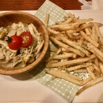 欧風食堂 Tout Va Bien - 「つぶ貝とキノコのガーリックバター焼き」@420 「スパイシーポテト」@420(税別)