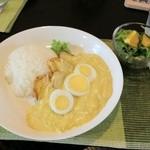 ラソス - 【アヒ・デ・ガジナ】白いカレー。辛めで、とオーダーすると程よいピリ辛さ。香ばしいドレッシングのサラダ付き。