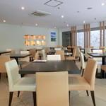 Buffet Restaurant ホテルマイステイズ横浜 - 白を基調とした明るくて落ち着いた店内。