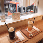 タビラコ - アイスコーヒーとメロンソーダ、バニラアイストッピング 目の前を電車が通過!