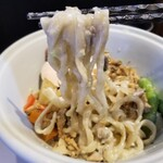 らーめん三極志 - 枝豆の冷やしらーめんの麺リフト