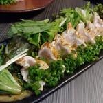 地鶏と地野菜の旬料理 御萩 - 新得地鶏むね肉のたたき 1080円