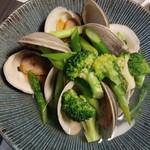 地鶏と地野菜の旬料理 御萩 - ハマグリと旬菜の酒蒸し 880円(3個入)x2