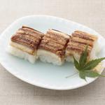 平八亭 - 蒸し穴子押し寿司 370円 酒と白だしでじっくり蒸しあげた、柔らかな食感が絶品です。