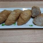 菊乃井 - 関西風三角お稲荷さん お揚げさんが厚め♡薄味に炊いてあって美味しい❣️