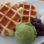 シアン ア ラ モード - ワッフル「小倉+生クリーム」抹茶アイスをトッピング