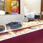 華星 黄金町店 - 店頭のお惣菜売り場